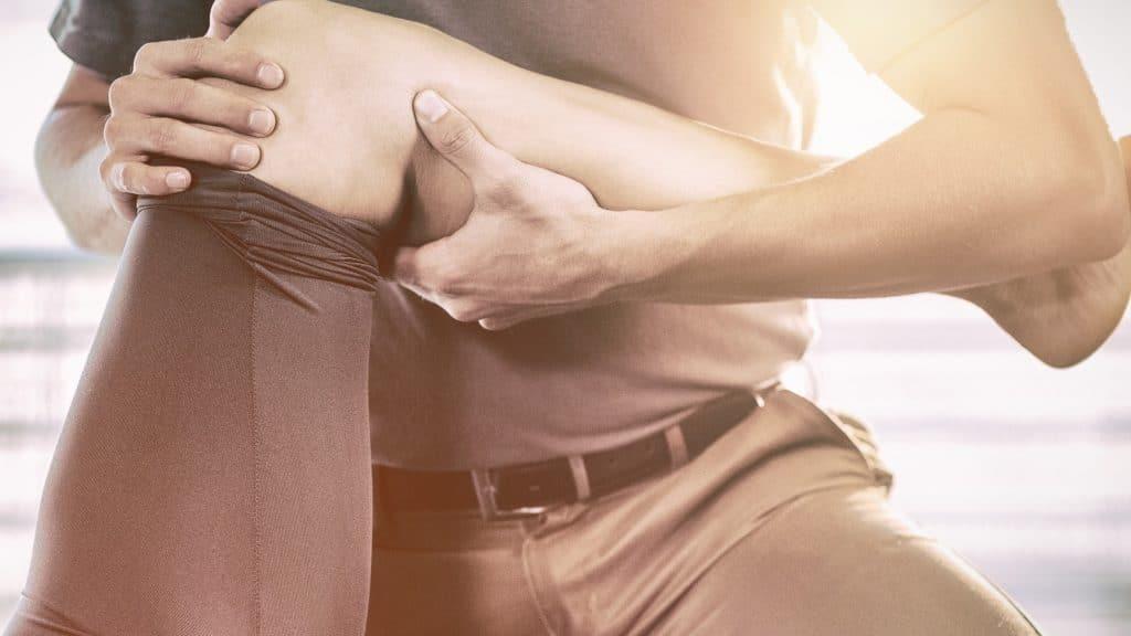 mobilisation du genou par un masseur